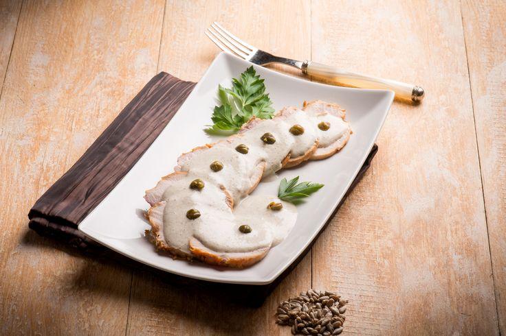 Il vitello tonnato è un piatto a base di fettine di vitello, precedentemente marinate e