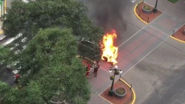 Siniestro se registró en la cuadra 8 de la avenida Pardo. Bomberos ya controlaron la emergencia.