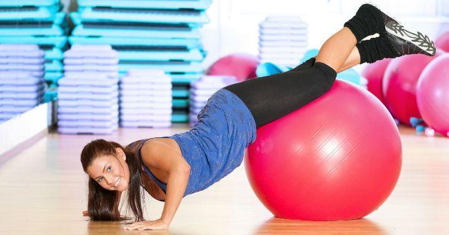 Bajar de peso sin duda es uno de tus propósitos para este año, sobre todo si durante las fiestas olvidaste la dieta y comiste de más. Si la opción de inscribirte al gimnasio te parece aburrida, ¡no te preocupes!, Salud180 te presenta 10 tendencias fitness para ejercitarte de forma divertida: 1. El entrenamiento militar va tomando fuerza en el mundo del fitness; está comprobado que ayuda a eliminar peso rápidamente gracias a la alta intensidad de los entrenamientos; además estimula tu…