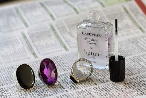 1. Нанесите прозрачный лак на внутреннюю поверхность кольца.Теперь кольца не будут оставлять следов на ваших пальцах.2. Используйте пемзу, чтобы чистить одежду.  3. Сумки можно подвесить на крюч…