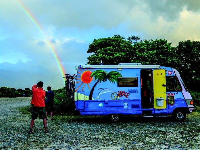 Das eigene Zelt oder Wohnmobil direkt am Meer… Schöner kann es nicht sein. Auch für Familien mit Kindern ist Camping eine günstige Variante zu