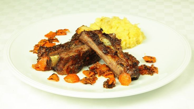 Ricetta Costolette al forno: Lavate la carne e praticate delle piccole incisioni lungo le ossa. Frizionate bene la carne con un trito di pepe nero, chiodi di garofano, maggiorana, prezzemolo e sale e con gli spicchi d'aglio sminuzzati. Lasciate marinare le costolette in un