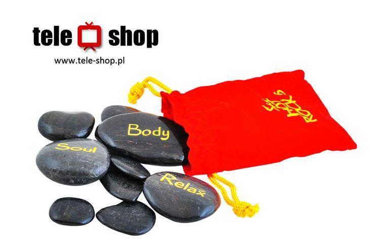 http://tele-shop.pl/ GORĄCE KAMIENIE DO MASAŻU. W atłasowym woreczku znajduje się 9 kamieni różnej wielkości, które po podgrzaniu dostarczą zmysłowych wrażeń ukochanej osobie.  Wystarczy rozłożyć je na jej ciele, np. wzdłuż kręgosłupa.  Gorące kamienie to także piękny i oryginalny prezent dla bliskiej osoby.