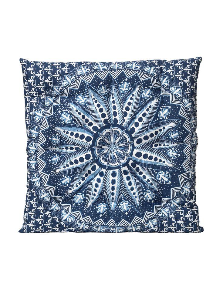 Kudde i ett dekorativt mönster