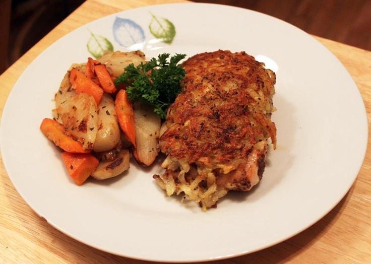 Saumon en croûte de pommes de terre au gingembre avec topinambours, carottes et pommes au romarin
