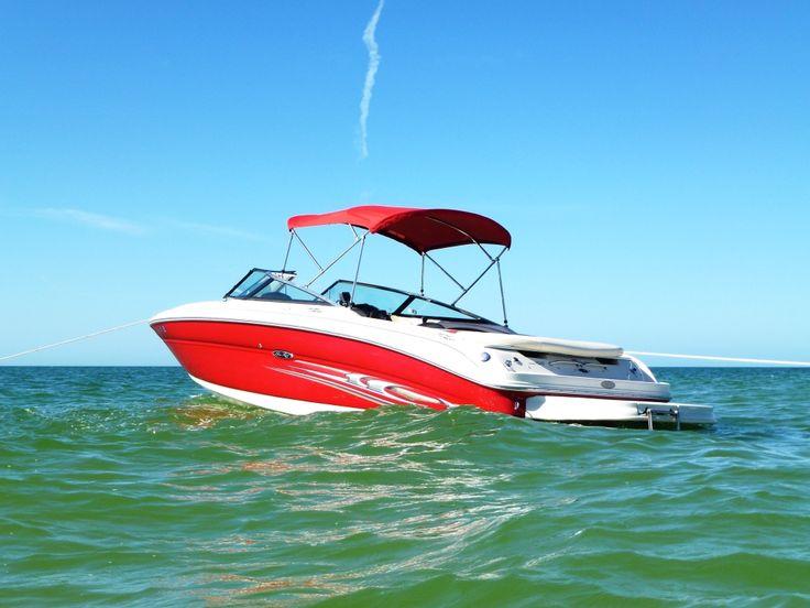 ** SEA RAY Sundeck 240 Bowrider **  Mercruiser 5.6 l, 300 PS, 24 ft. - Bravo III dual prop stern drive, Frischwasser-Dusche und Toilette - erweiterte Schwimmplattform - drehbare Schalensitze mit Flip-Up Polster für Fahrer/Beifahrer - große Liegefläche hinten, ideal zum Sonnen - Garmin Marine GPS, Funkgerät, CLARION Stereo-Music System mit Ipod-Stecker - Kapazität: 9 Personen