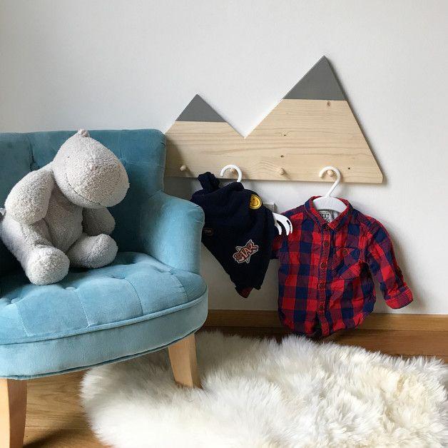 Garderobe aus Fichten-/ Kiefernholz mit Speichelfester für Kinderspielzeug geeigneter Farbe. Optimal fürs Kinderzimmer. Erhältlich in den Farben Rosa, Weiß und Grau. Weitere Farben auf...