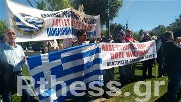 Σύγκεντρωση διαμαρτυρίας στο Αγ. Βενιζέλου και πορεία στο υπουργείο Μακεδονίας - Θράκης   Σύγκεντρωση διαμαρτυρίας στο Αγ. Βενιζέλου και πορεία στο υπουργείο Μακεδονίας - Θράκης πραγματοποίησαν σήμερα απόστρατοι αξιωματικοί διαμαρτυρόμενοι για τις επικείμενες όπως λένε μειώσεις μισθών και συντάξεων των αποστράτων. Επίσης διαμαρτύρονται για την έκταση που έχει πάρει το προσφυγικό ζήτημα αλλά και τις συνεχείς προκλήσεις από την Τουρκία στο Αιγαίο. Στο υπουργείο Μακεδονίας Θράκης διαδήλωσαν και…