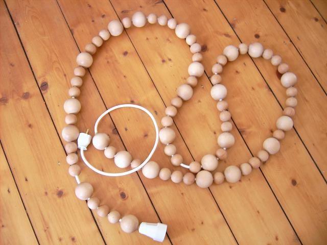 """Wer kennt nicht das lästige Kabelproblem? Selten befinden sich Steckdosen dort wo man sie braucht und man muss auf ein Verlängerungskabel zurückgreifen. Dies ist meist kein schöner Anblick. Aber warum eigentlich immer die Kabel verstecken? Mit der richtigen Verpackung kann man sie in ein stimmiges Wohnaccessoire umwandeln. Für deine """"Perlenkette"""" brauchst du folgende Dinge: 1 Kunststoff- Schlauch- Leitung H05VV-F (Kabel) von beliebiger Anzahl Meter (ø 6,8mm / ca.1,22 € pro Meter)"""