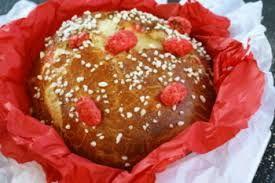 c'est un brioche de saint Genix :  15 g de levure fraîche de boulangerie 2 cuillerées à soupe de lait 170 g de beurre fondu 3 œufs 20 g de sucre 350 g de farine (2 + 1/2 cup) 1 pincée de sel  200 g de pralines roses 3 cuillerées à soupe de gros sucre.