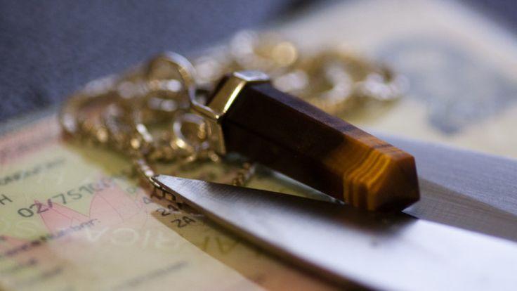 Większość kamieni wykorzystywanych w jubilerstwie swoje magiczne właściwości objawia dopiero wtedy, gdy nosi się je przy ciele. Jednym z nielicznych, który swe wyjątkowo zdolności objawia od pierwszego kontaktu wzrokowego, jest tygrysie oko. www.bejewels.pl/tygrysie-oko/