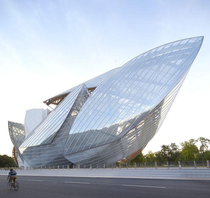 Fondation Louis Vuitton, Franck Gehry, 2014#Cette oeuvre architecturale monumentale accueille les collections de Bernard Arnault. Voilier sortant de terre, cette oeuvre de verre, de métal et de béton surplombe le jardin d'acclimatation du Bois de Boulogne offrant une vue magnifique sur Paris. Réalisée par l'architecte internationalement reconnu, Franck Gehry, la Fondation a été construite en 8 ans.##Youp Laboum#8,4,7