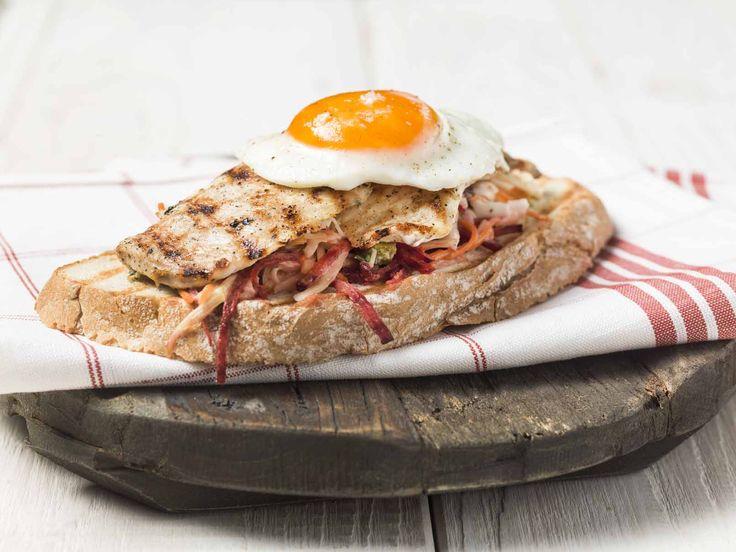 Gegrilde kipfilet en zijn eitje op toast met Belgische rauwkost