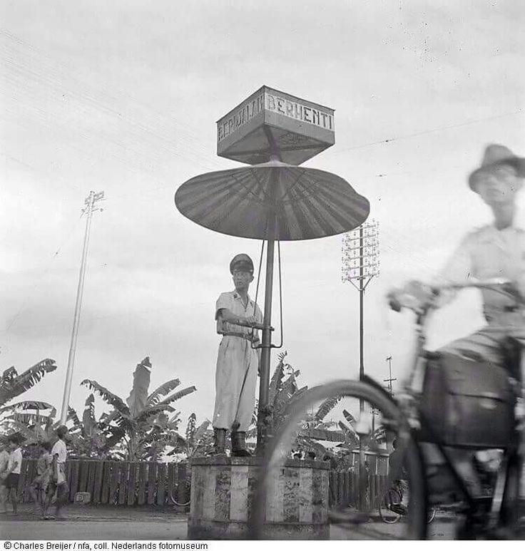Seorang Polisi pengatur lalu-lintas Jogja di tahun 1948. Lokasinya ini diperlintasan teteg sepur utara Malioboro | karya fotografi Charles Breijer
