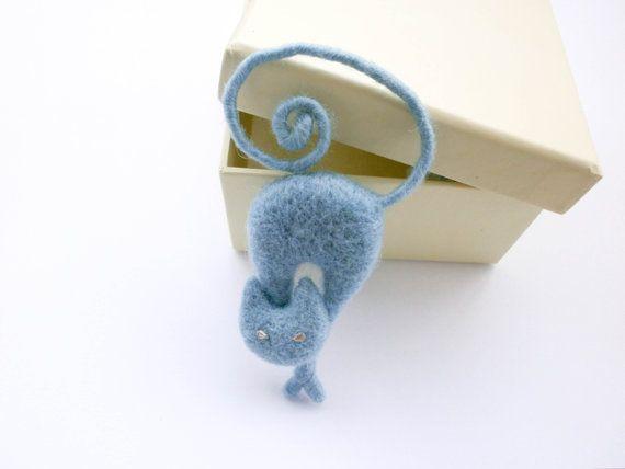 Este listado está hecho para broche de gato la orden. Necesitaré 3-5 días laborables para crearlo.  Aguja broche de gato azul claro Felted. En un marco hecho de alambre, que hace posible cambiar la posición de la cola como base. Broche tiene una pequeña clavija firmemente cosida en la parte posterior. Ojos de diamantes de imitación.  Tamaño: aprox. 8.5 - 9 cm (3.3-3.5 pulgadas) de alto (junto con la cola enroscada como en la foto) y 3 cm (1,2 pulgadas) de ancho. Sólo cuerpo de gato sin cola…