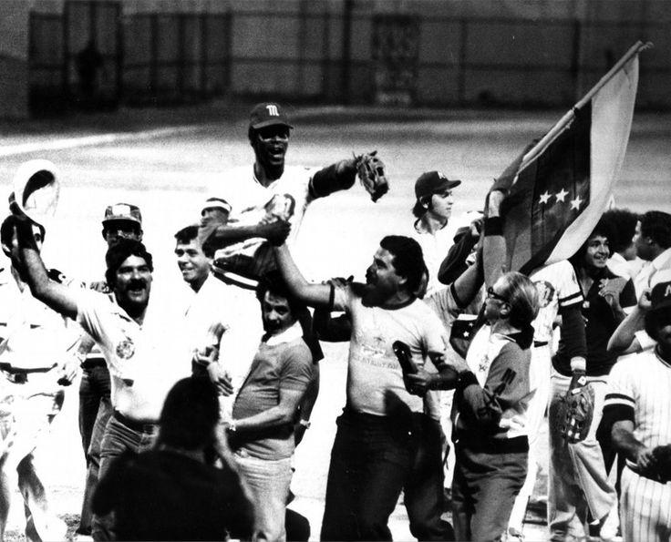 Jugadores de Los Navegantes del Magallanes celebrando el titulo de la Serie del Caribe logrado en 1979
