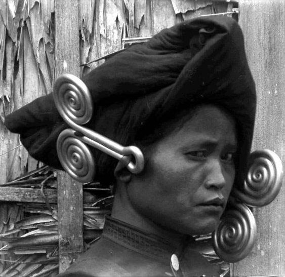 Karo Batak woman wearing 'padung-padung' earrings c.1900