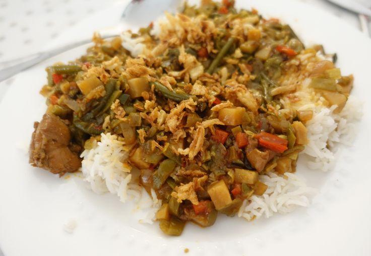 Recept voor een Indisch Hete Boontjes gerecht. Het familierecept van mijn schoonvader. Kidsproof met veel groente, rijst en lekker gekruid