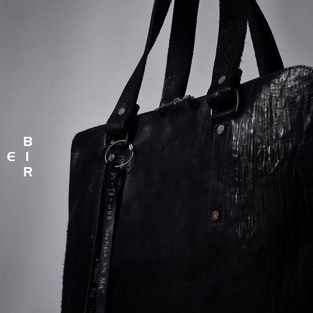 ierib ONE PIECE TOTEBAG / waxy JP culatta. バックパックはぼちぼち浸透してきたので今回は初めてトートBAGをチョイスしました。男クサいトートBAGはありそうでないので個人的にも気になっている作品。革はワックス固めのホースバット。 BRAND / #ierib STORE / #deviant 愛知セレクトショップ #名古屋セレクトショップ #leather #leatherwear #leatherbag #artisanleather #artisanfashion #menswear #mensfashion #handmade  #トートバッグ  DEVIANT名古屋 取り扱いブランド #isamukatayamabacklash #theviridianne #armyofme #afartefact #n07 #nudemasahikomaruyama #obscur #masnada #byhnewyork #firstaidtotheinjured #10sei0ottoloom_deviant