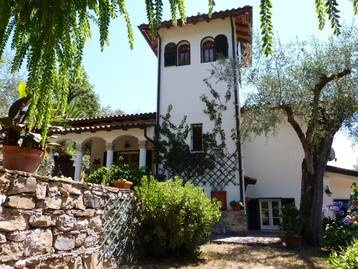 Diano Castello, Country villa with exceptionally pretty garden, only 3 km from the sea