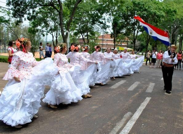 Bailarines del Club de Amigos de la Tercera Edad formaron parte del elenco artístico que se presentó ayer al mediodía en el Comando del Ejército. / abc color