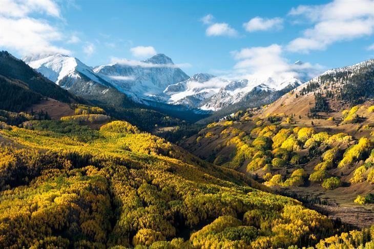 Capital Peak, Colorado, Estados Unidos. Uma paisagem exuberante onde as montanhas rochosas cobertas de neve convivem harmoniosamente com o verde das árvores.