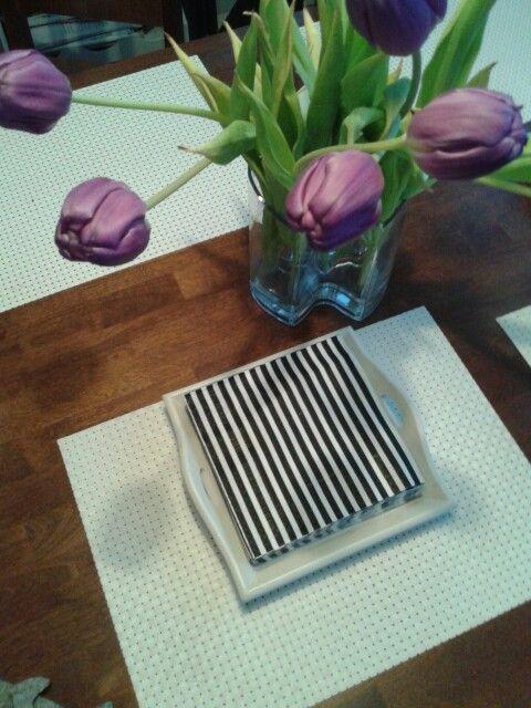 Riviera Maison tarjotin,Askosta kivat mustavalkoiset servetit, lilat tulppaanit