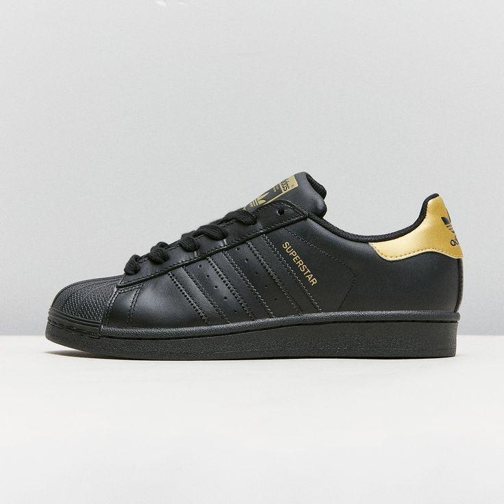 Der adidas Originals Superstar ist zurzeit ein Must-Have für Girls. Diese  Variante ist