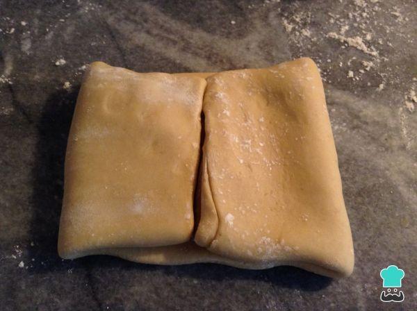 Aprende a preparar masa de hojaldre fácil con esta rica y fácil receta.  ¿Te gustan las recetas con hojaldre? pues en RecetasGratis.net te enseñamos a preparar la...