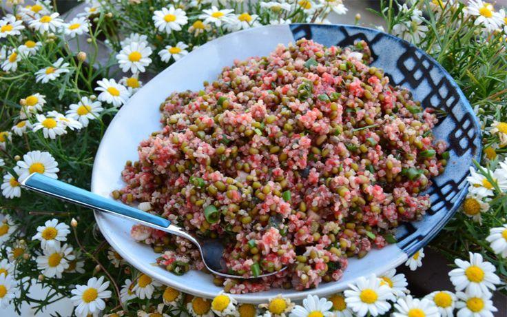 Kinoa ve maş fasulyesi... Bu iki süper besinden oluşan farklı bir sosla servis edilen salata tarifiyle yaz sofralarınıza renk katın.
