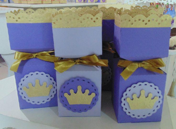 Caixa bala decorada com coroa e rendinha. <br>Parte dourada confeccionado em papel dourado brilhante. <br>Fechamento com fita de cetim. <br>Recheada com balas mastigáveis de frutas. Para outras opções de conteúdo, solicitar orçamento.