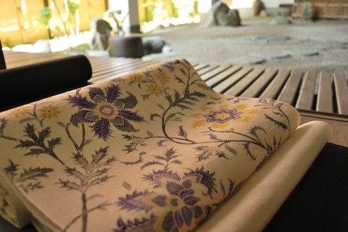 蚊絣の本塩沢に鉄扇の花をあしらった夏九寸帯でございます。