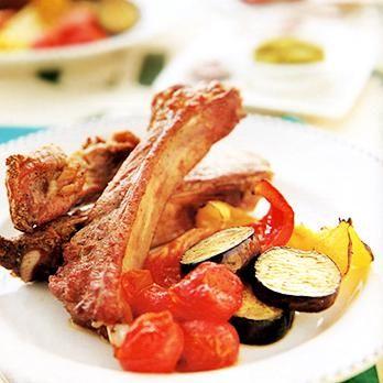 スペアリブというと、屋外バーベキューで豪快に焼いたお肉を思い浮かべますね。牛や豚、羊などの骨付きあばら肉のことで、骨付きカルビや沖縄のソーキといえば分かりやすいかも♪一般的には、豚の骨付きバラ肉を指すことが多いスペアリブを、ご家庭のオーブンで焼く基本の作り方から、いろいろなアレンジレシピまで11選をご紹介します。