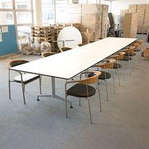 Konferencebord.  Kurch+Co. 8400. 3-delt med hvide plader, sort kant og stål stel. Mål: L:560 x B:120 x H:74 cm. Konferencestole købes separat.