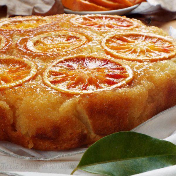 La Torta rovesciata all'arancia è un dolce velocissimo da preparare, non necessita la lavorazione separata degli ingredienti, ma ancora piu semplice basta dividere gli ingredienti secchi da quelli liquidi e poi unirli insieme, preparare un semicaramello di burro e zucchero, che va versato all' interno della tortiera, disporre le fette di arancia e versare tutto l'impasto sopra, veramente semplice e poi infornare…facile no !! lidea del dolce l'ho presa dalla Torta rovesciata al mascarpone…