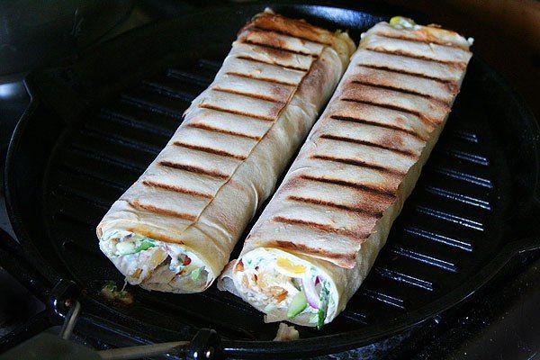 Лаваш на гриле.  Сегодня хочу вам предложить приготовление горячей закуски на гриле. Лаваш, с начинкой приготовленный на гриле идеально подойдёт для пикника, особенно если вы решили на него поехать неожиданно. Источник: http://www.saga.ru/barbekyu