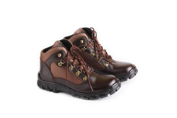 Sepatu Boot Pria tersedia banyak ukuran. Cocok untuk hadiah untuk orang yang Anda sayangi agar terlihat lebih gaya, tampil berbeda dan percaya diri. Sepatu Boot Pria dengan bahan KULIT dan Outsole TPR ini dijamin awet! Ukuran: 38-43 Warna: COKLAT  Sepatu Boot Pria Bahan KULIT Kuat 100% Original