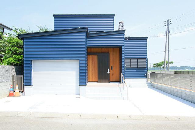 「ガルバリウム外壁とペットに優しい床材のある家」