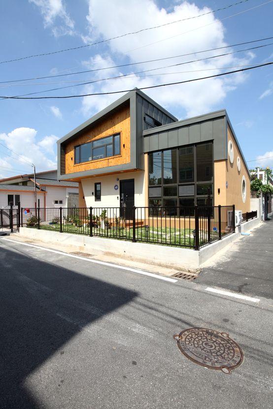 동네를 바꾸는 신선함 : 모던스타일 주택 by 홈스타일토토