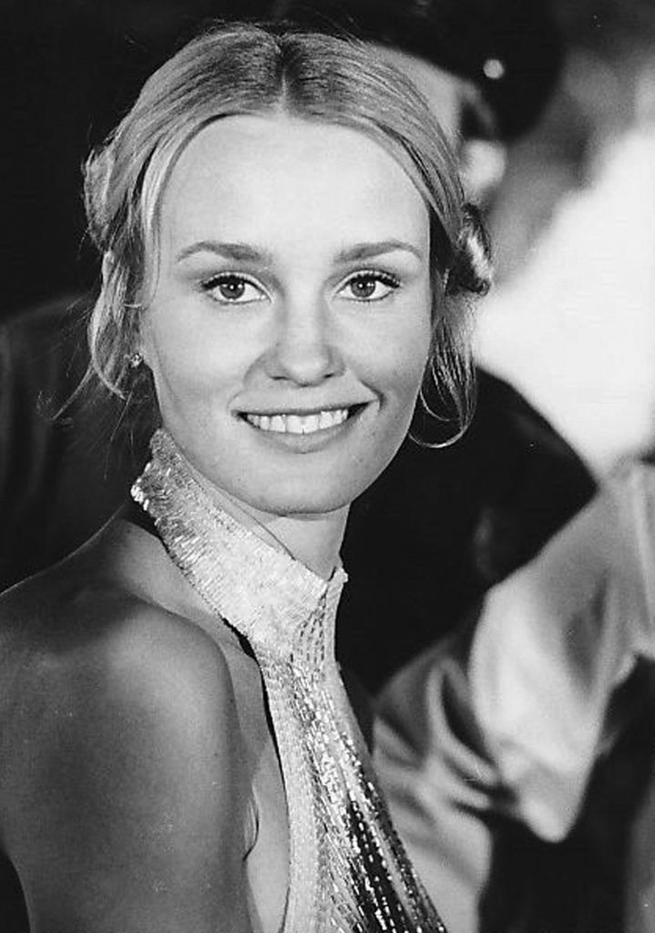 Jessica Lange Jessica Lange made her Hollywood debut as the blonde beauty along with her big hairy beast of a co-star in the 1976 remake of King Kong. She was a former model that went on to become an award-winning actress. Lange also co-starred with Dustin Hoffman in the critically acclaimed film Tootsie.