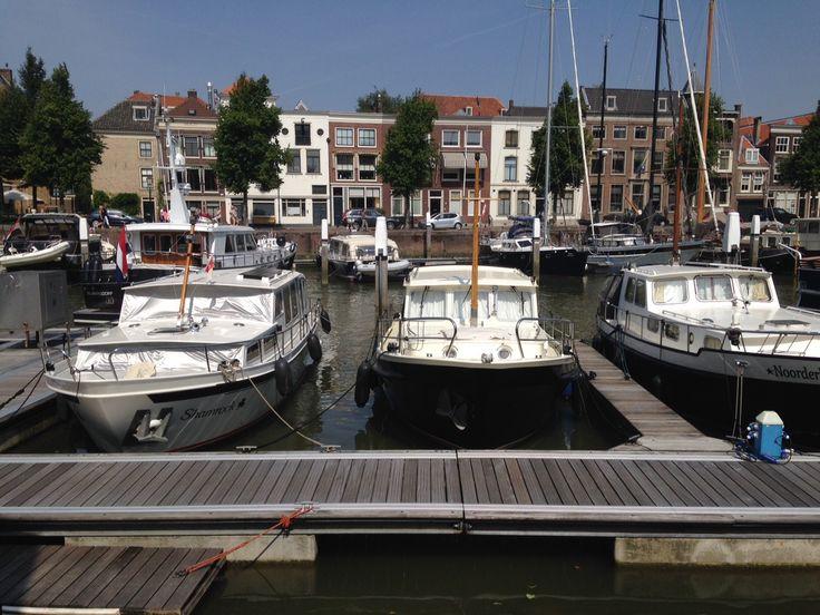 Plezierjachten in de Nieuwe Haven, aan de kant van de Knolhaven (Foto: Jarko De Witte van Leeuwen). Weten hoe wij omgaan met water? Volg ons op Facebook: onswaterindordrecht