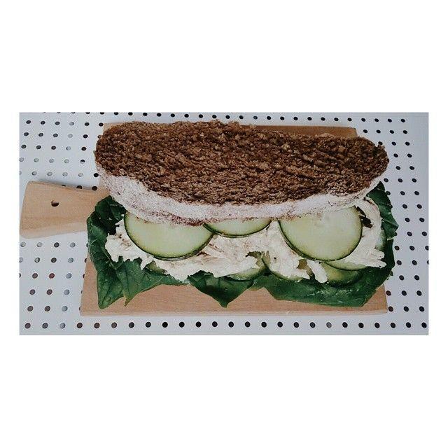 Pan de centeno relleno de espinaca, pollo a la plancha deshilachado, pepinos en rodajas, untado con queso crema y gajos de pera ---- deli*