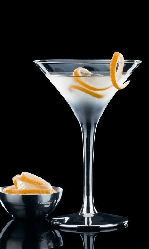 Коктейль Vesper Martini Коктейль был описан Йеном Флемингом еще в 1953 году, но до широких экранов добрался лишь в 2006-м, когда вышла экранизация романа «Казино Рояль». В фильме Бон...