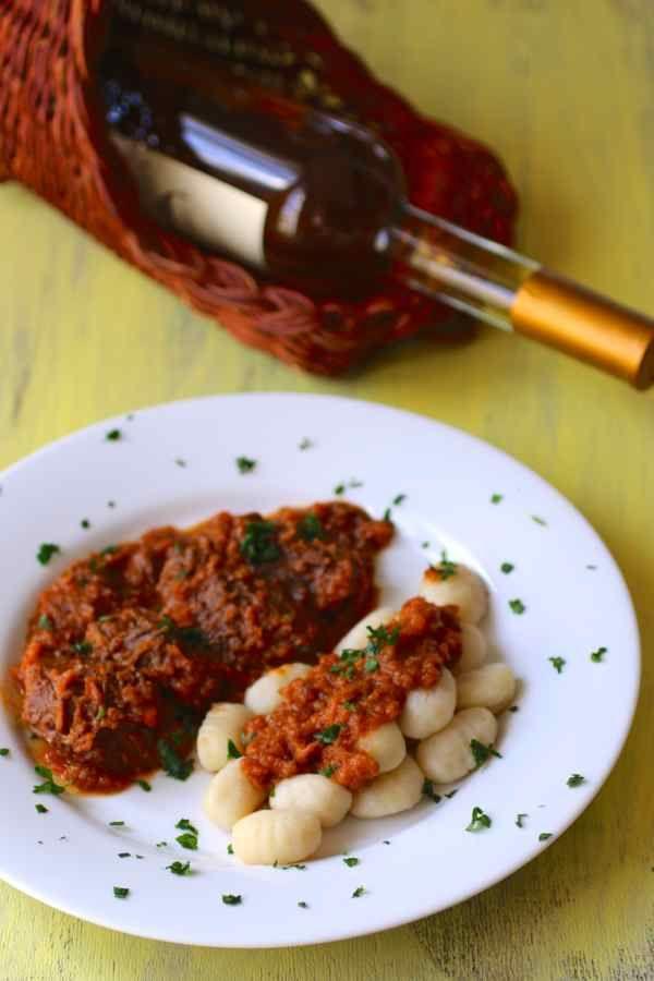 La pašticada traditionnelle dalmate est du boeuf, préparé dans une riche sauce aigre-douce, cuit lentement et généralement servi avec des gnocchis.