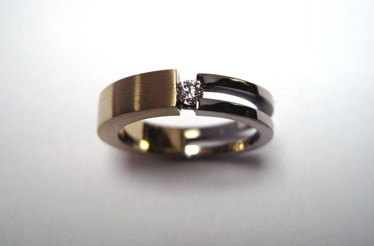 Mooie ring met as, gemaakt van geel en witgoud  In het midden zit een briljant  www ellenbesaris
