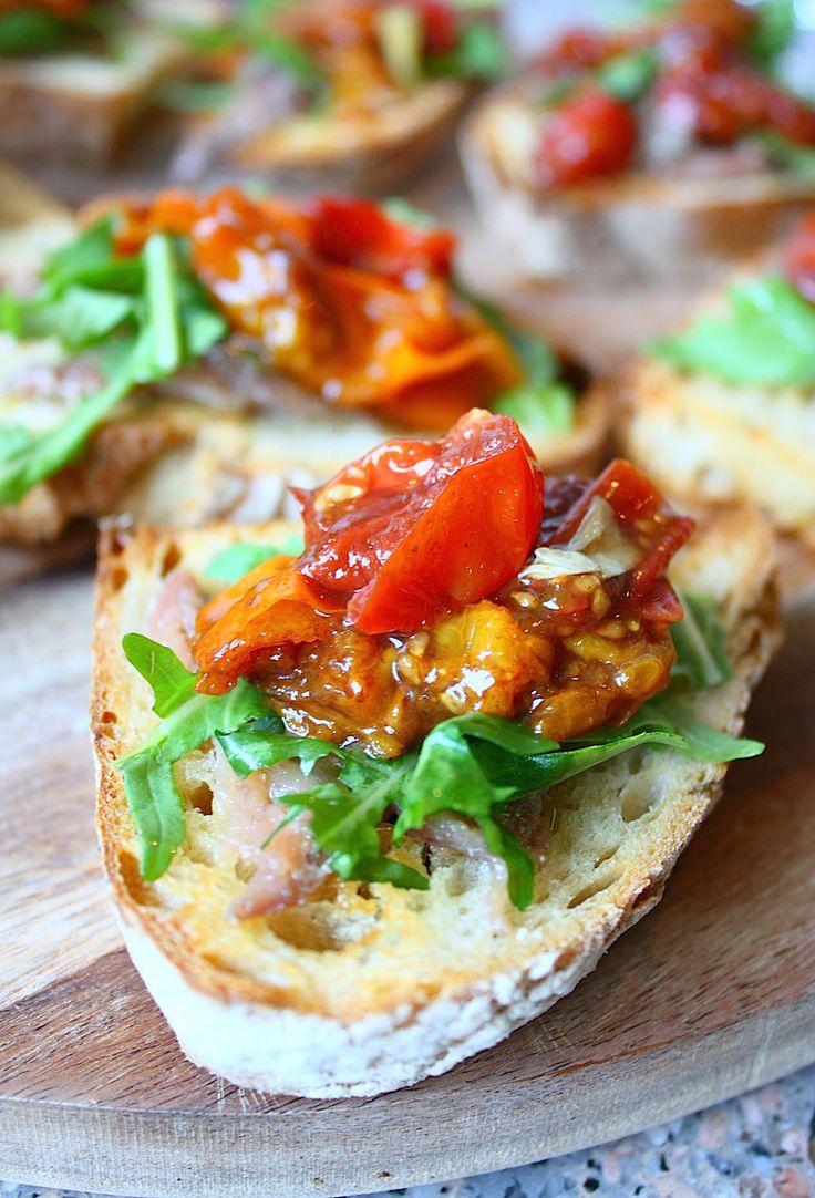 Een heerlijk hapje voor bij de borrel of tijdens een antipasti. Met deze bruschetta met ansjovis, rucola en balsamico tomaatjes maak je zeker indruk.
