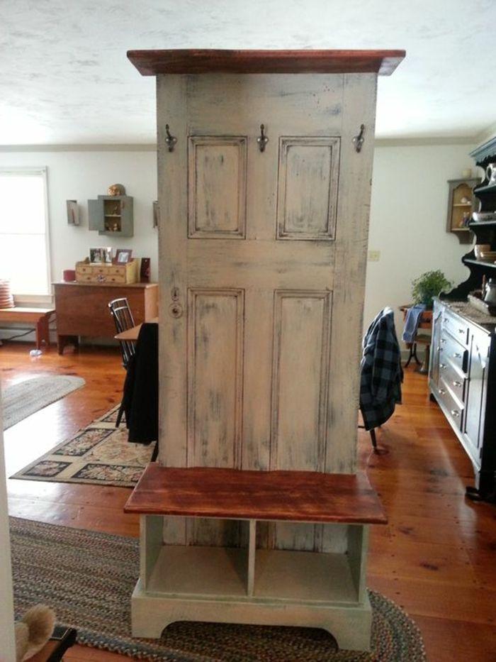 Garderobe Aus Alter Tür In Beiger Farbe Als Raumteiler Im Esszimmer