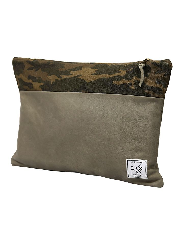 La Camo è una Clutch in pelle chiara in colore crema con effetto stropicciato di altissima qualità, lavorata interamente a mano.  Acquista online i prodotti di Land and Sea su STORE.GRIFFALIA.COM | #bag #pochette #Cotton #Leather #madeinitaly #style #griffalia #fashion #eccellenzeitaliane