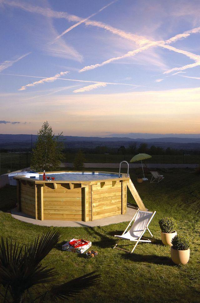 Livrée en kit, cette piscine hors-sol octogonale est dotée d?une filtration sans canalisation. Margelles en teck. A partir de 4291 euros. Desjoyaux.