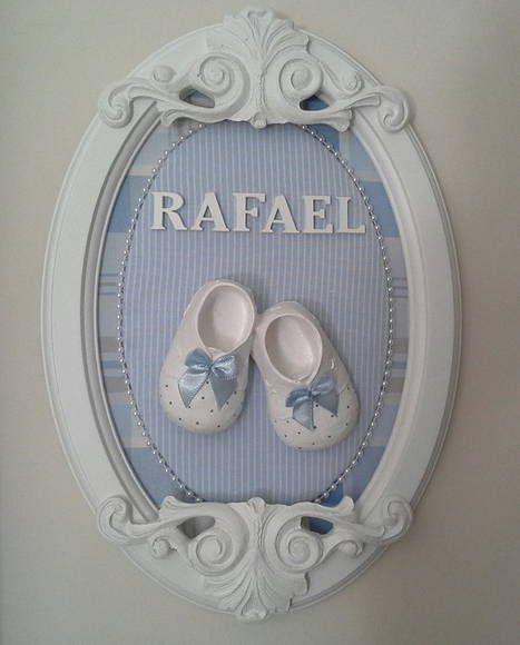 """quadro provençal moldura oval com aplique de resina e sapatinho de resina. pode colocar o nome do bebê ou """"cheguei"""". Faço em outros tecidos e cores a sua escolha. Fazemos também pra menina. R$ 100,00                                                                                                                                                                                 Mais"""